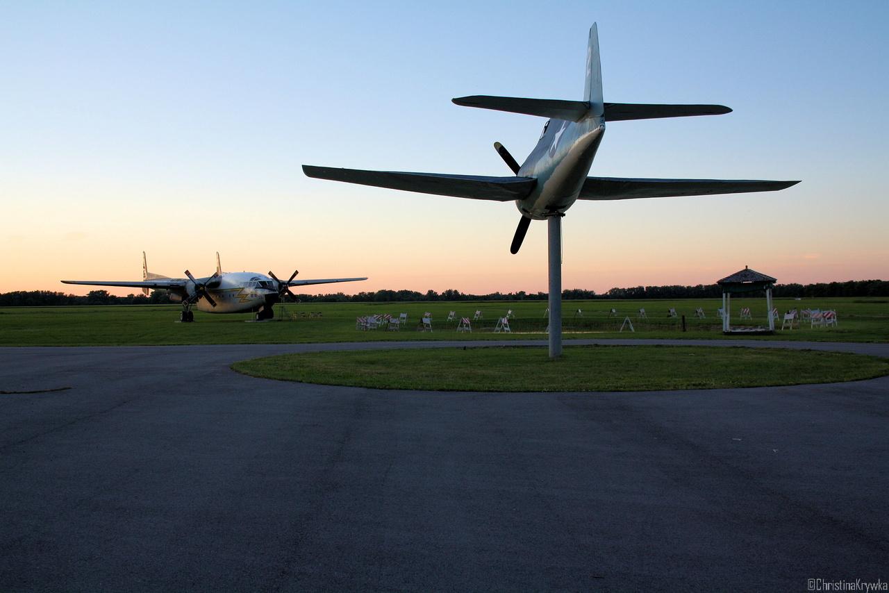 Dauerausstellung bei Sonnenuntergang (F6F Hellcat im Vordergrund, C119 Boxcar un Hintergrund)