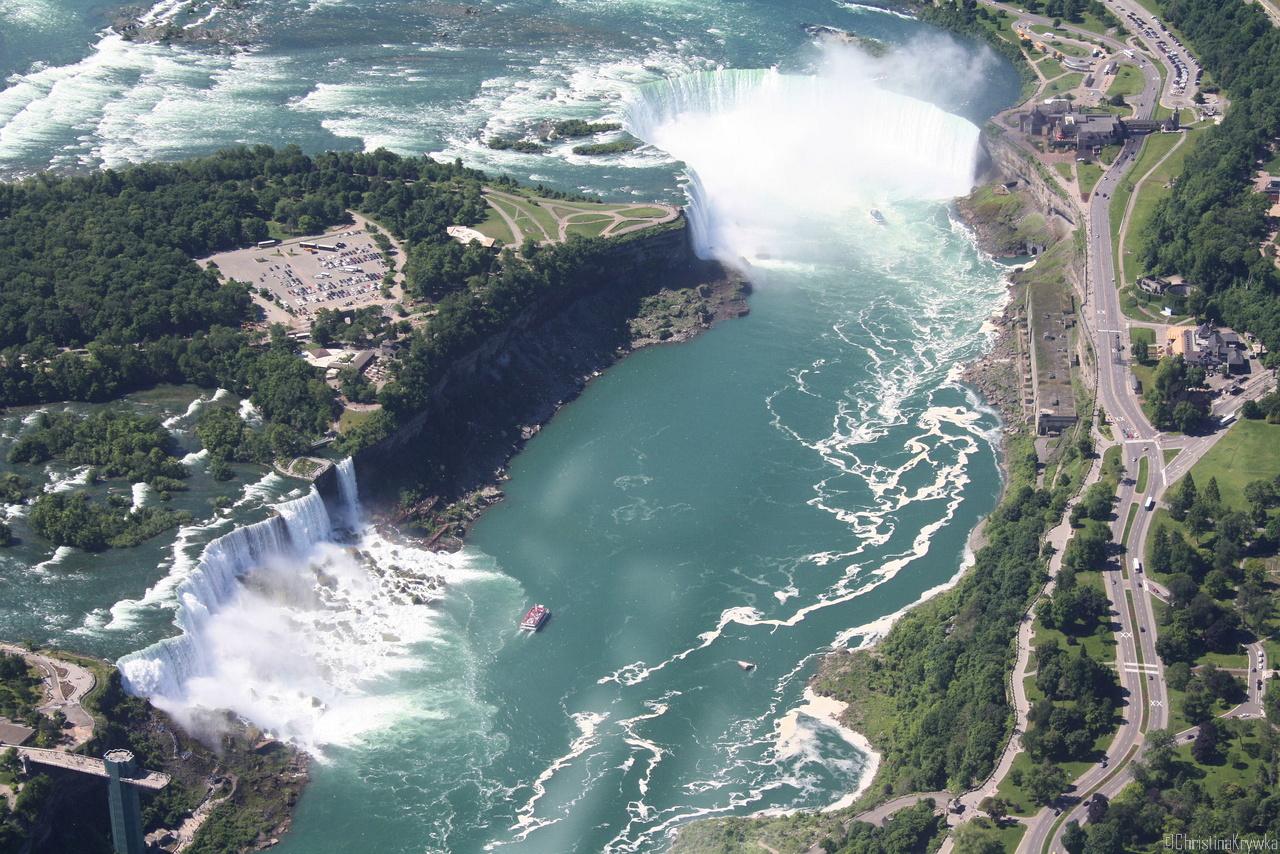 Die Niagarafälle in ihrer Gesamtheit - so nur aus der Luft zu überblicken