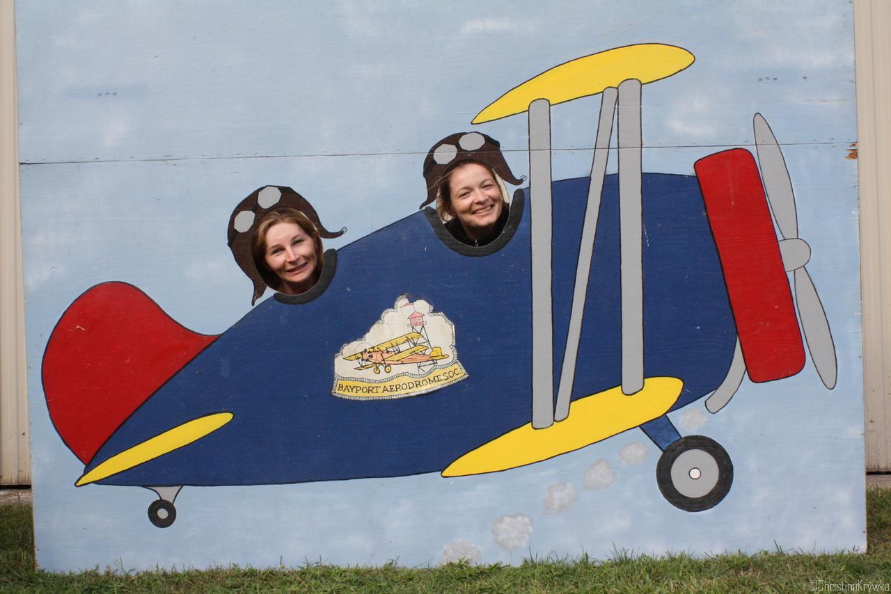 Sarah und Christina dürfen auch mal Oldtimer fliegen... nachher auch in echt :-)